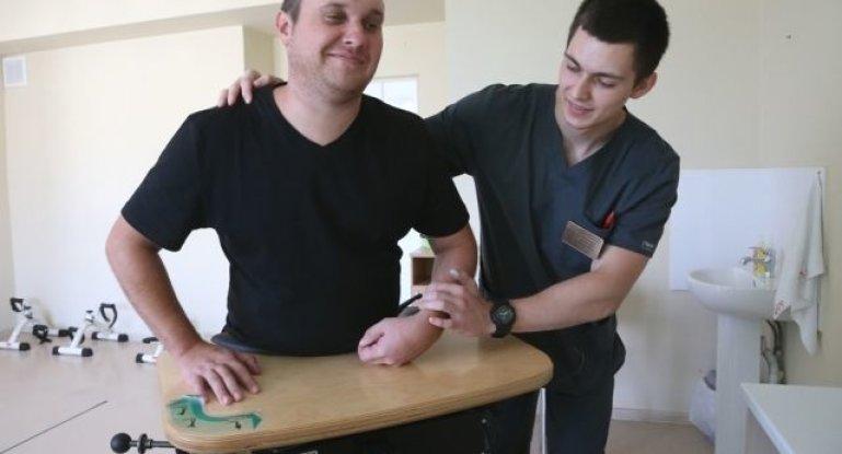 Что делать, если не поднимается рука и чем лечить пронизывающую боль в плечевом суставе