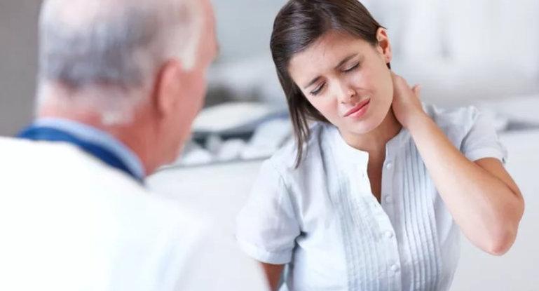 Что делать, если хрустит шея и болит голова?