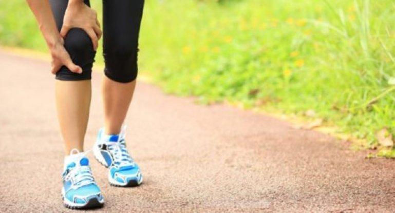 Почему хрустят и болят колени и как их лечить