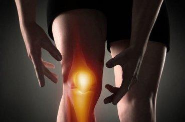 Почему возникает боль при ходьбе в коленной чашечке?