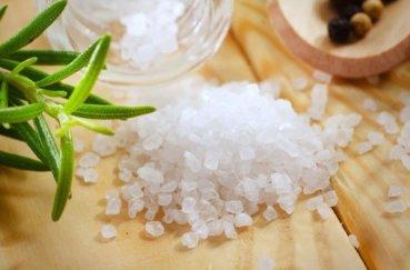Как проводить дома лечение суставов с помощью морской соли?