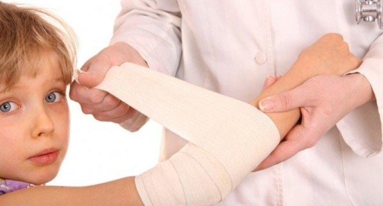 Как выявить вывих руки у ребенка и что делать?