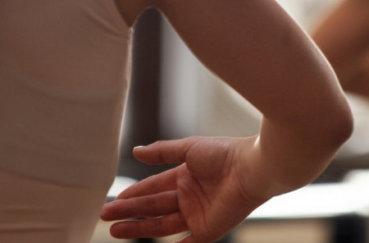 Как оказать первую помощь при вывихе локтя у ребенка?