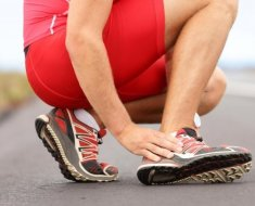 Спортсмен подвернул ногу при беге