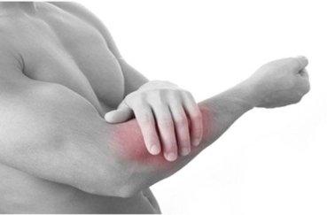 Почему появляется боль в локте при сжатии кулака?