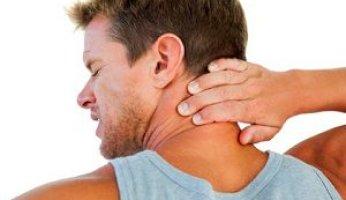 Почему болит шея при повороте головы и что делать?