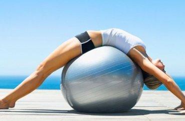 Фитбол для гимнастических упражнений на позвоночник