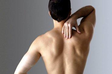 Из-за чего возникает боль под лопаткой и в плече?
