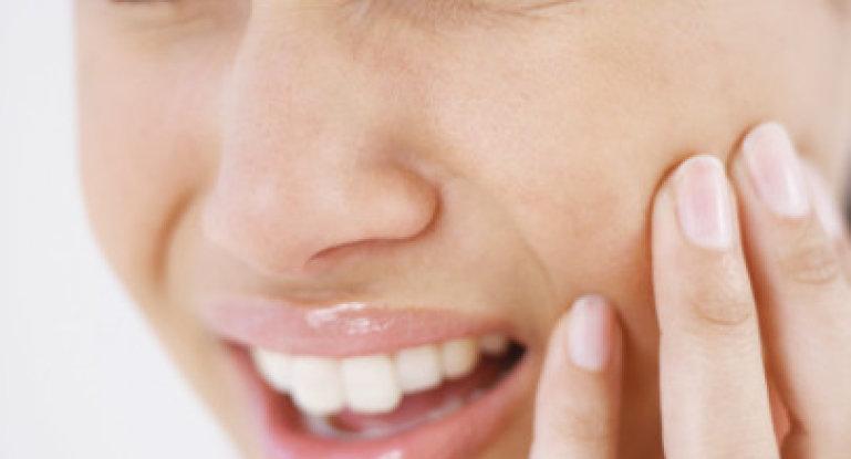 Почему возникает боль в челюстном суставе?