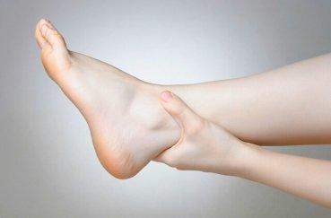 Почему возникает отечность  в суставе ноги и как провести лечение?