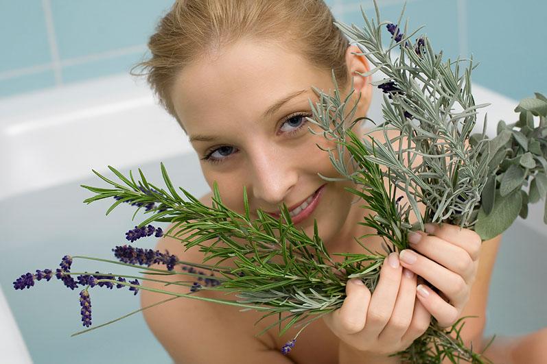 Девушка принимает травяные ванны