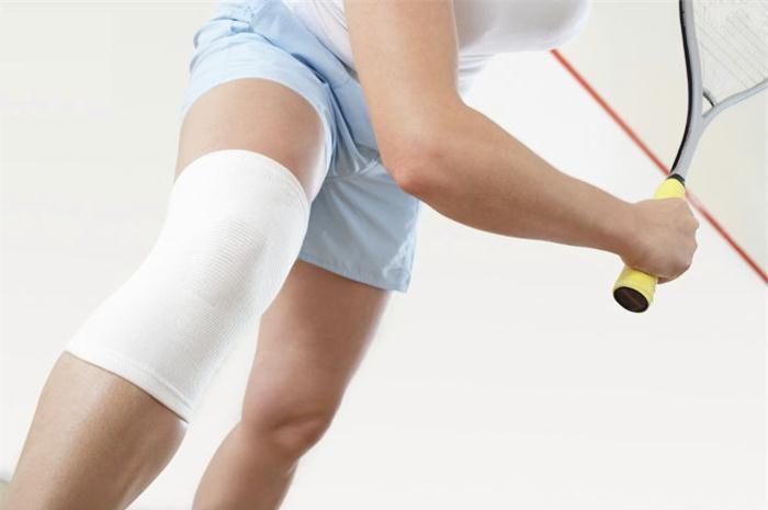 Тенисист с больным коленом