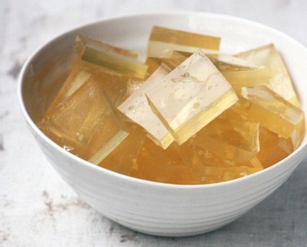 Кусочки желатина в блюдце