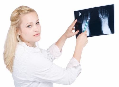 Специалист с рентгеном в руках