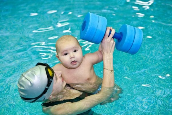 Мама с малышом бассейне