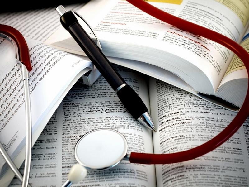 Ручка, книга и фодендоскоп
