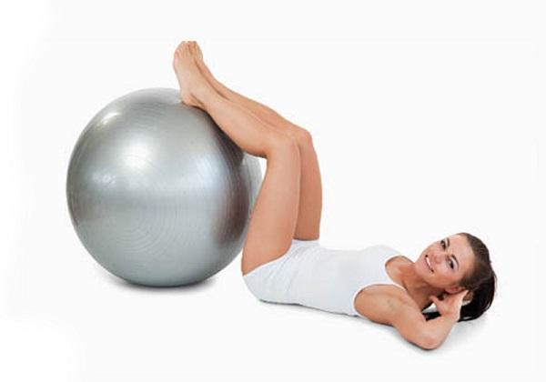 Девушка делает упражнения с мячом