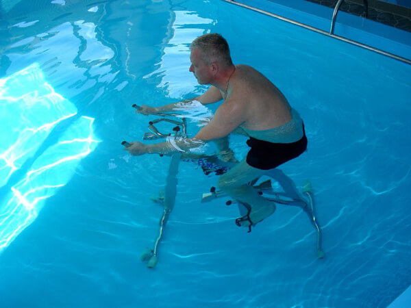Упражнения пациента в бассейне