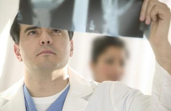 Врач с рентгеном в руках