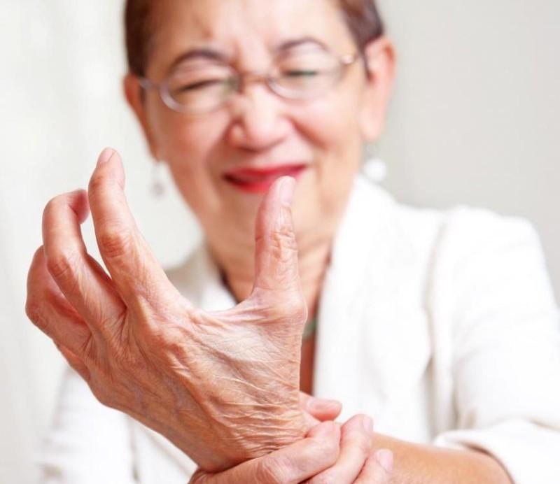 Боль кисти у женщин в возрасте
