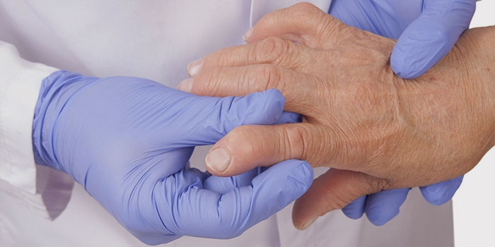 Врач прощупывает палец