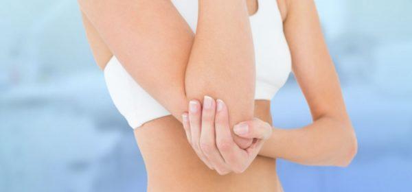 Женщина держит согнутую руку