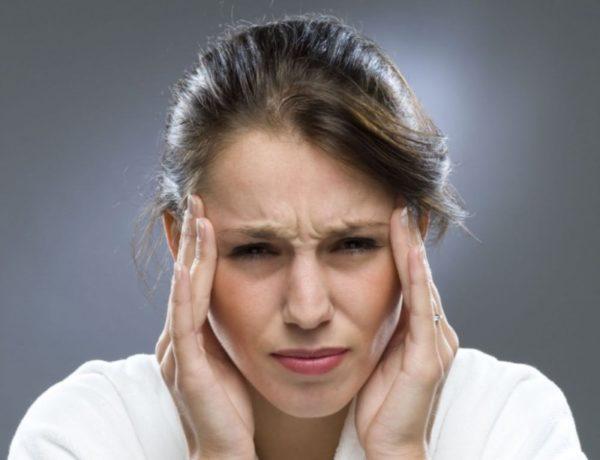 Женщина испытывает боли в висках
