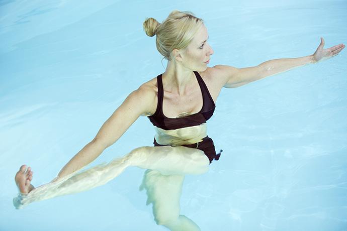 Девушка находится в бассейне