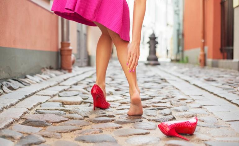 Девушка в одной туфельке