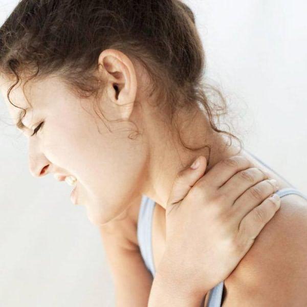 У девушки болит плечо