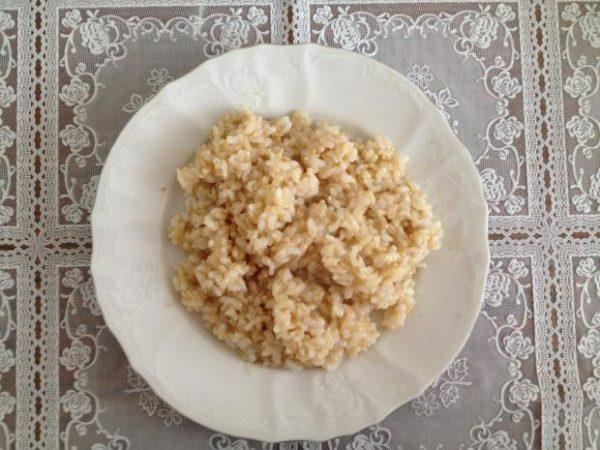 Приготовленная каша из бурого риса