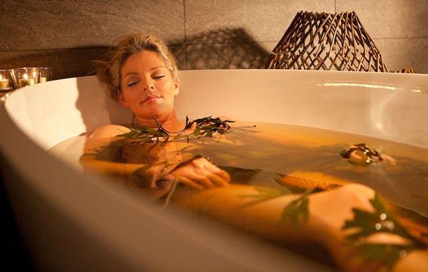 Женщина принимает лечебные ванны