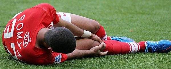 У футболиста болит нога