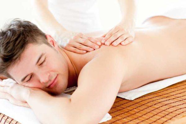 Мужчина на сеансе массажа