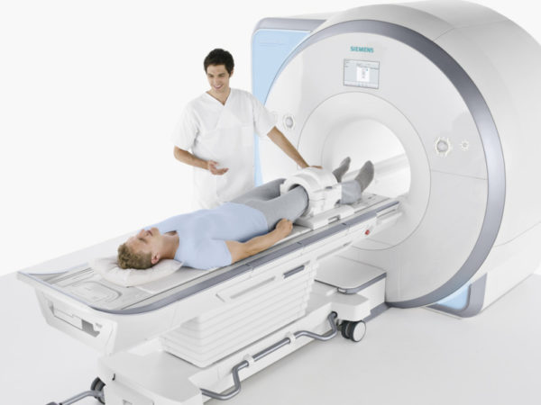 Пациенту делают МРТ ноги