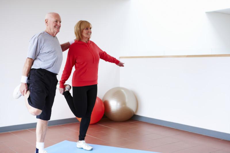Мужчина и женщина занимаются физкультурой