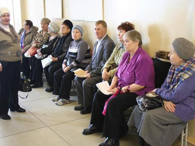 Пенсионеры ждут в очереди