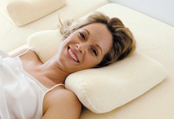 Женщина лежит на ортопедической подушке