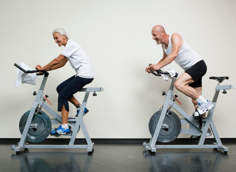 Пара занимается на велотренажерах