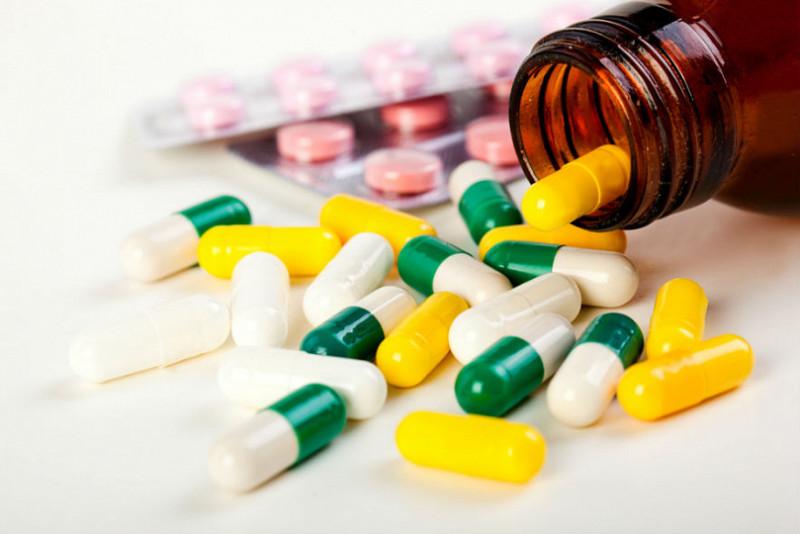 Разноцветные капсулы антибиотика