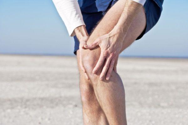 У мужчины болят колени