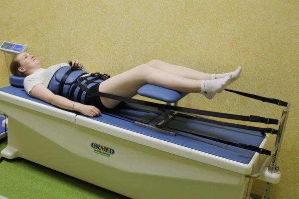 Девушка проходит процедуру вытяжки