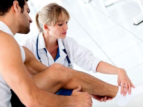 Специалист осматривает голеностоп