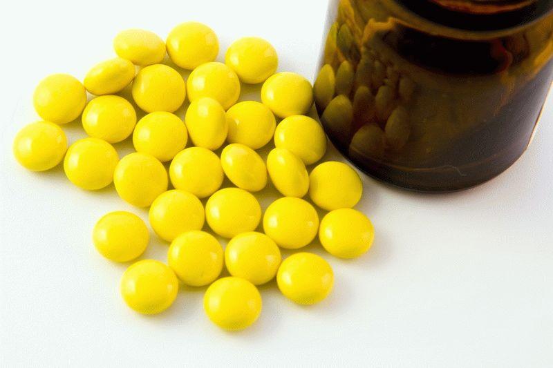 Желтые таблетки на столе
