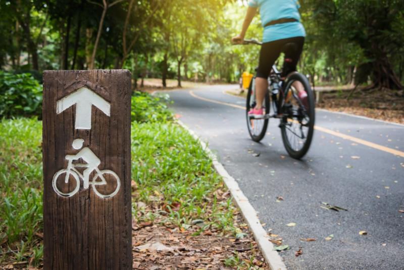 Женщина едет на велосипеде