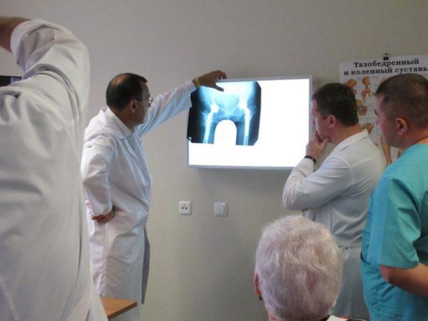 Консилиум врачей смотрят рентген