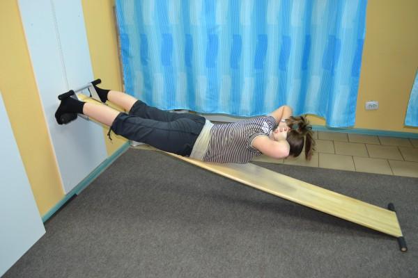 Женщина выполняет упражнение на доске