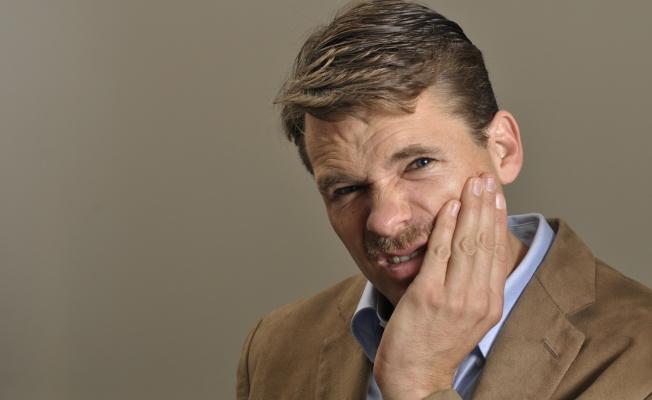 У мужчины болит челюсть
