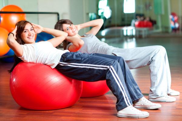 Упражнения на фитболе для спины